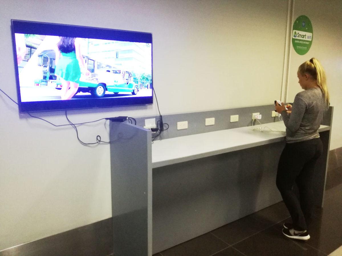 マニラ空港 ターミナル間シャトルバス 待合室 スマホ充電可