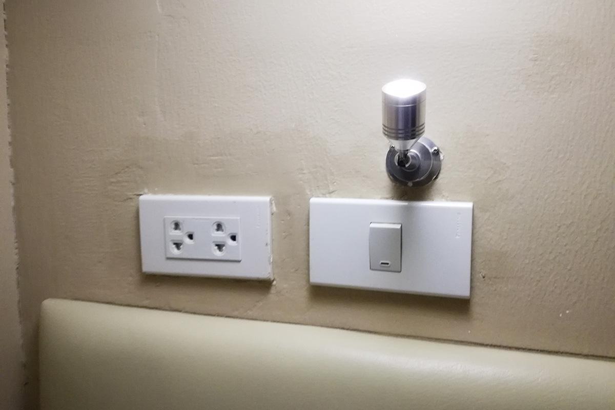 コンセントと室内灯