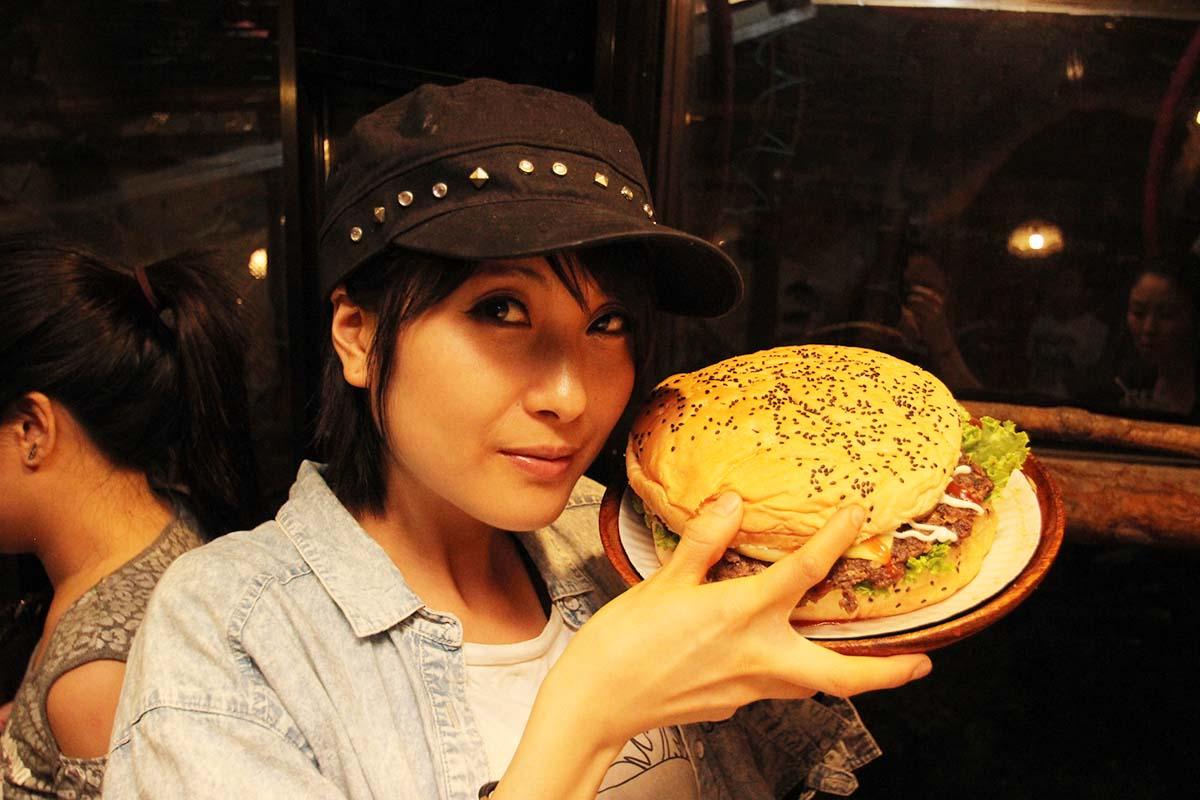 巨大バーガーの大きさは女性の顔の大きさと一緒