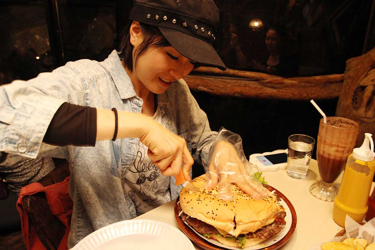 バギオで一番大きなハンバーガーを切る!