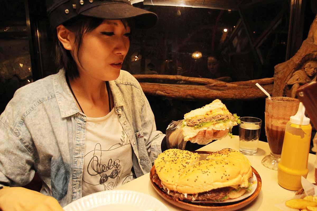 バギオで一番大きなハンバーガーを手に取る!