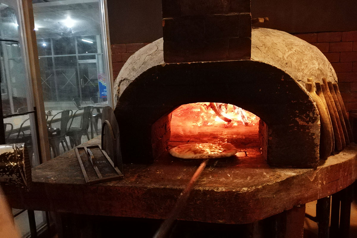 アマーレでは石窯を使ってピザを調理