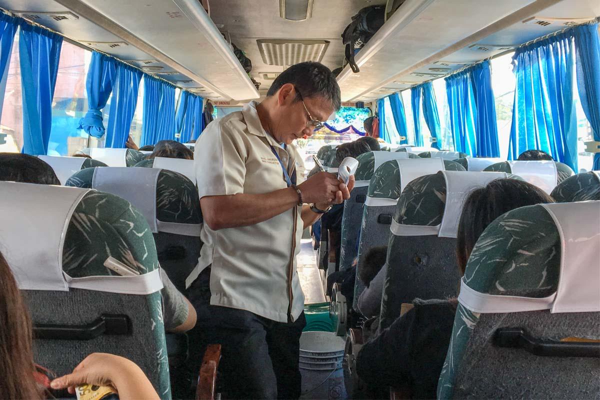 運賃の支払いはバスの中で